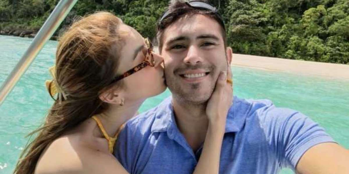 LOOK: Gerald Anderson and Julia Barretto turn their attention to the romance in Boracay